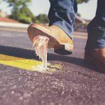 Jak usunąć z butów gumę do żucia?